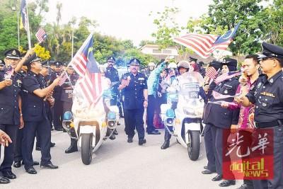 在安华奥马的带领下,警官们一同参与国庆升旗礼。