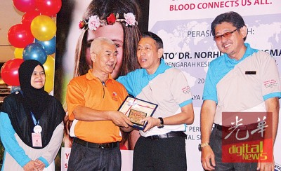 中医师林依宁获得院方颁发奖状表扬。