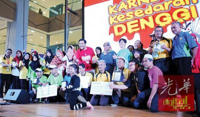 获得冠亚季军的COMBI队伍接领奖项奖状后,与阿菲夫等合影。