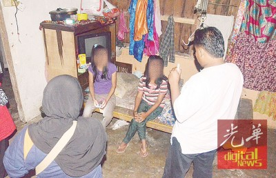 玻州反毒机构执法人员根据情报突击简陋住屋时,成功逮捕两名吸毒少妇。