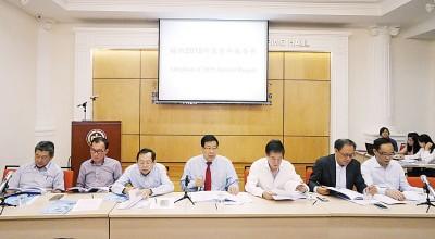 (左起)方炎华、骆荣伟、陈显裕、祝友成、陈国平、杨翼图及温永文主持2016年度会员大会。