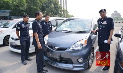 罗斯里(右)望媒体陈述龙八国际登录偷车过程。