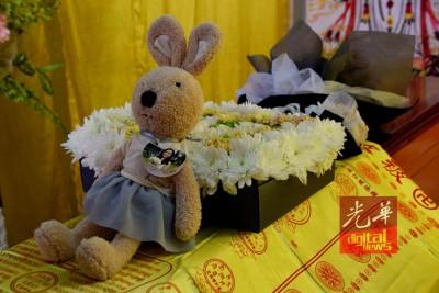 友人赠送兔子玩偶及花圈,伴在陈群欣身旁。