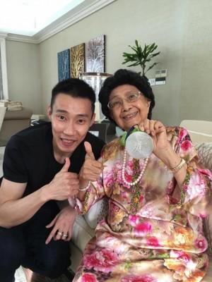 李宗伟(左)获得西蒂哈斯玛赠书,同享喜悦。
