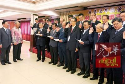 刘利民(左起)及李典和见证第33届森董联会理事宣誓就职礼。