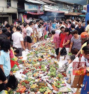 """浮罗双溪槟榔港口在中元节庆,进行""""抢孤""""仪式,备有丰盛的祭品,让民众抢夺。"""