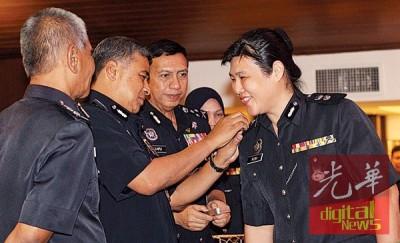 卡立为获得擢升的女警许淑琼配戴助理总监徽章。
