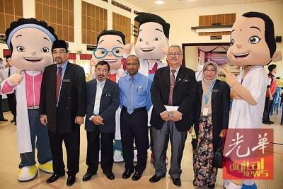 拉萨(左起)、苏海米、苏古玛、依斯迈、查华哈与小医生学会的吉祥物合影。