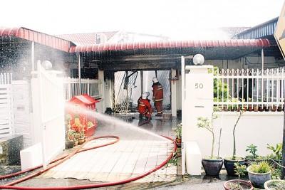 消拯人员正在灭火。