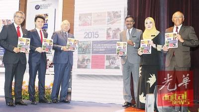 马哈兹尔(左3)于凯尔(左起)、张盛闻、卡玛拉纳登、马蒂娜同梅格陪下,引进2015年教育提高特别蓝图年度报告。