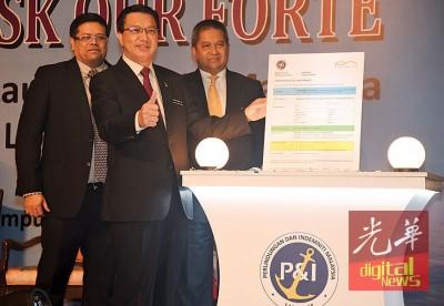廖中莱(吃)于鲁迪(左起)与沙里布丁的伴随下,引进马来西亚保障和专业赔偿公司。