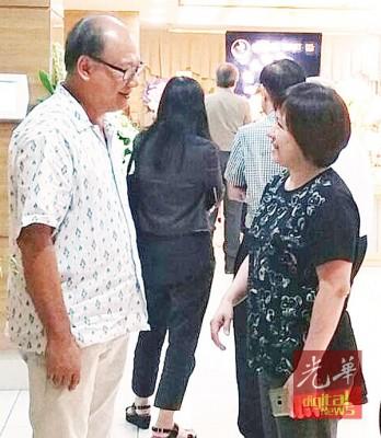1969年协和小学毕业生代表黄锦昌慰问庄安然的幼女庄以哲。