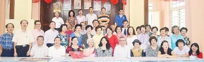2012年全体出席校友、师生与同事,与庄安然拍合照。(档案照)