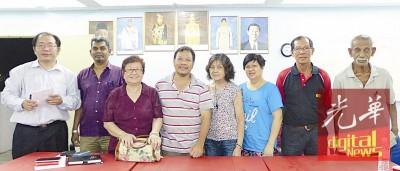 黄伟益与部分新届理事合影,左4张朝宗、右2秘书李治祥。