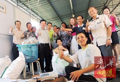 淡汶英达环保站,右起周荣生、林丽萍、许涵妮、卡斯杜丽、吴俊益、曹观友及陈建宝等人。