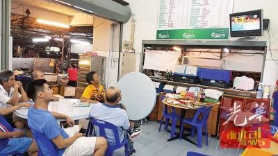 陈志光(右图)喜欢在咖啡店和老友一起观看羽球赛直播。