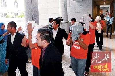 反贪会官员押送涉贪嫌犯,连一名拿督级高官上法庭申请延扣。