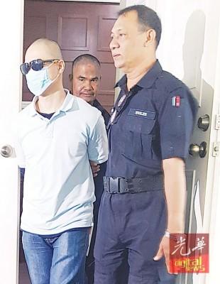 波及谋杀女友的被告人张德强(译音)听说后为押出法庭。