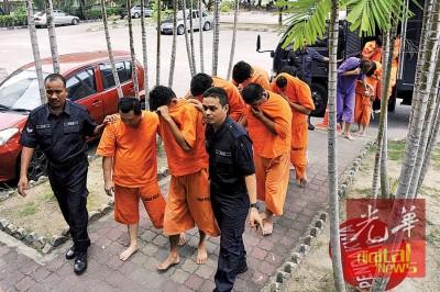 警署押送10何谓当地华裔男性嫌犯抵达大山脚法庭申请延扣。