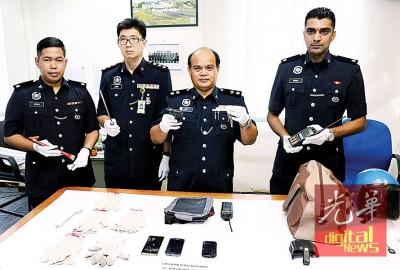 阿都拍兹(右2)亮嫌犯所采取的假枪。