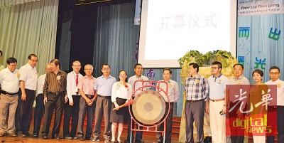 钟秀春(右8)表示李志亮吧培养南独中教育展主持开幕,校长梁炳初(左5)以及董事部成员到位陪同。