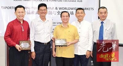 陈多尼(左2)颁发纪念品予谢和平(左1)及黄日升(中)、陈文岳(右2)及陈德钦(右1)陪同。