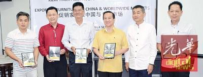 陈文岳颁发纪念品予各出席属会代表接领。