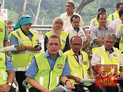 学迪拉(左)代表,直至今年7月份,全国摩托车道共发15自意外事件。