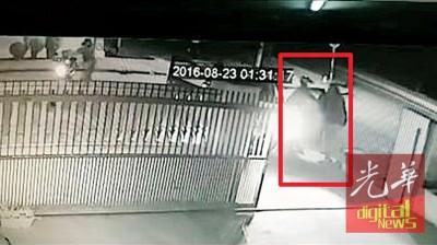 事主看到抢匪后,二话不说跑进住家躲避。