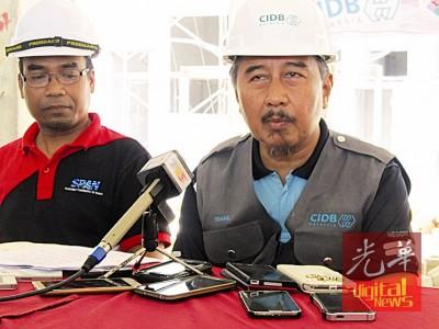 大马建筑工业发展局霹雳州分局局长依斯迈因曼梳(右)提醒承包商须遵守法律。