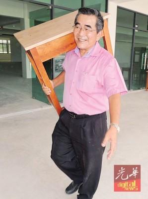 李振兴:威南日新国中已搬入课室桌、办公桌。