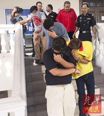 4名被告被控不认罪,被押出法庭时纷纷掩面避开媒体镜头。