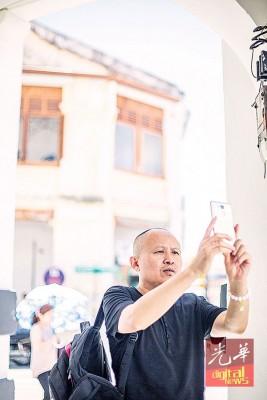 中国第六代著名导演刘冰鉴使用手机拍摄,挑选电影场景。