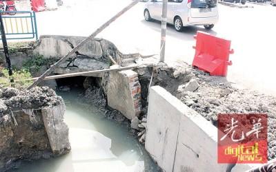 马路旁无警示灯,橙色障碍物曾掉下水沟,并由州议员助理帮忙处理。