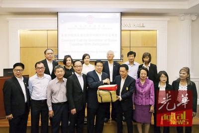 巴塔拉博(左6)通告赠纪念品予祝友成(左5),傅炳隆(左1)、依卡吉(左7)同马泰总商会会员陪同。