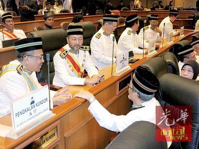慕克里被巫统开除后其座位被安排到与反对党一众议员一起,坐在巴罗拉兹和林桂亿的中间。
