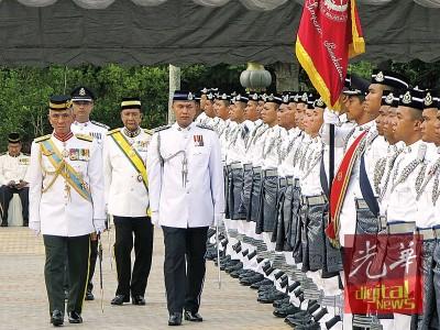 端姑沙烈胡丁莅临为吉打州第13届第4季第1次会议主持开幕及检阅仪仗队。