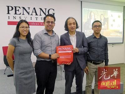 槟城研究院高级执行主任沈志强赠送纪念品予林坤新,左起为主持人王攸云和该院青年活动协调员赵汝勇。