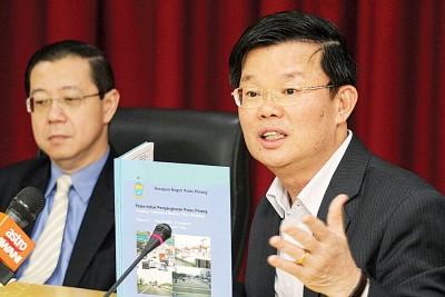 槟州交通道路管理委员会主席曹观友(右)认为,槟城论坛把合乐报告当作为圣经,左为槟州首席部长林冠英。