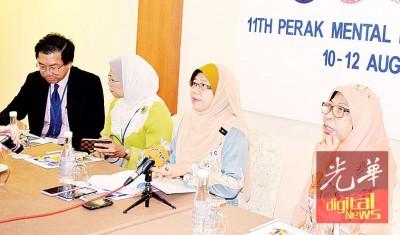 朱丽达(右2)在研讨会工委会主席拉巴莫哈末沙烈(右1)等人的陪同下召开新闻发布会。
