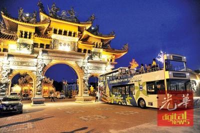 槟城双层开篷观光巴士开到地标北海斗母宫。