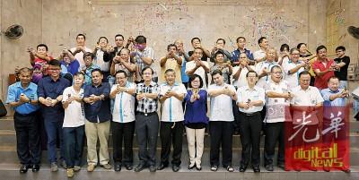 不少领袖和赞助人一起也《执,迈向希望》筹款宴会主持拉彩炮仪式。