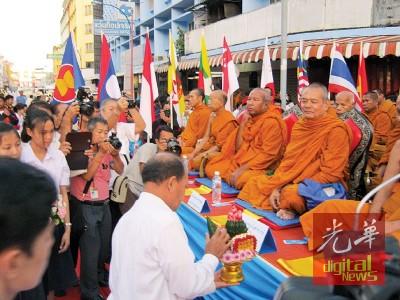 去年以泰南同艾市开的国际施斋供养万僧大法会的盛况(档案照)。
