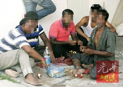5名被禁锢的外劳双脚被拴上铁链, 警方提供水果及清水供他们充饥。