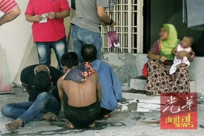 嫌犯包括3男1女,女嫌手中抱着婴孩。