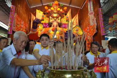 开光仪式后,善信们纷纷开展膜拜,埠众盂兰胜会永15上的礼正式开展。