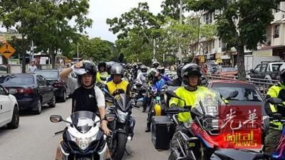 来自5个州属百名摩托车队员给死者护航,场面壮观。