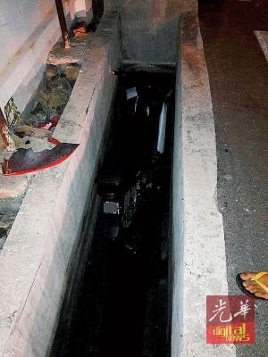 摩托车坠入狭小沟渠内,造成一死一伤意外。