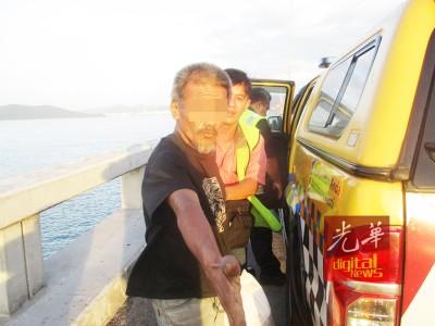 50余岁中年男子图跳海轻生,被阿香救下。