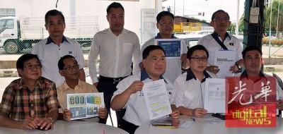 马华同仁质疑市政局发出垃圾分类警告信的程序,前排左起林海顺、沈耀权、陈诠锋、萧俊德及黄义伦。